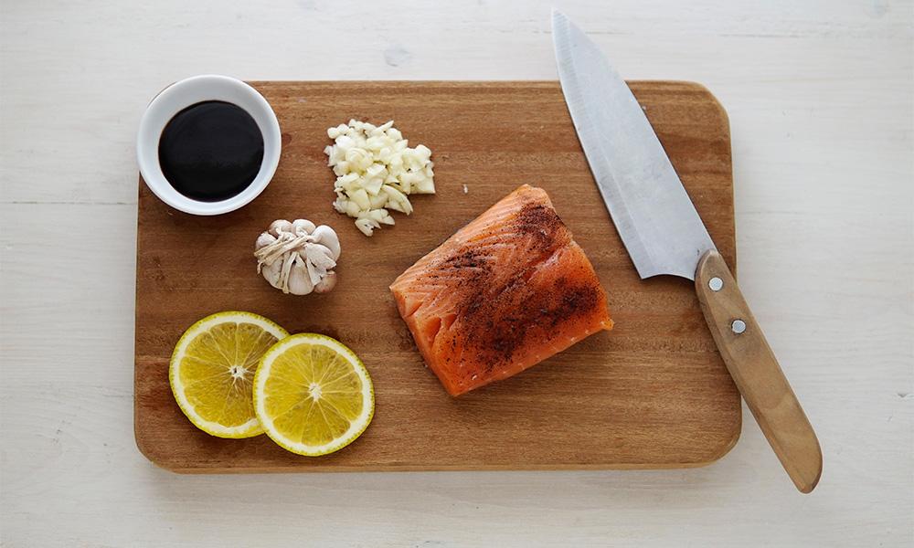 三文鱼在盘子上